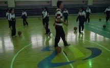 浙教版体育八年级《行进间单手肩上-双手胸前投篮》课堂教学视频实录-唐佳锦