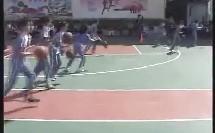 体育四年级篮球:行进间运球.wmv