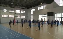 七年级体育《脚内侧传接球的动作方法》足球教学视频