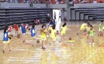 人教体育与健康三至四年级 篮球:行进间运球与游戏 教学视频,获奖优课视频