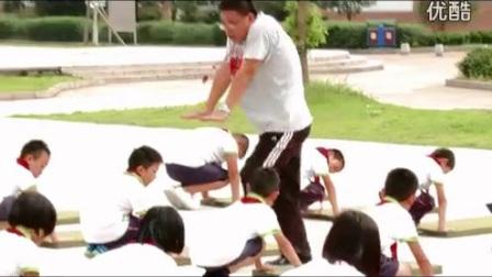 《前滚翻》临海市郭秀红_人教版四年级体育